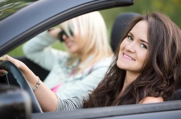 Adolescente dirigindo um carro