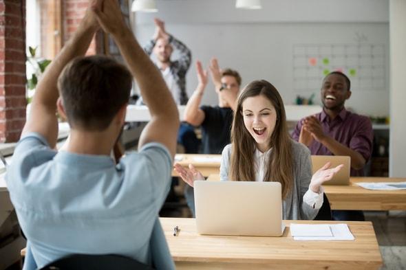 Imagem de um escritório com vários trabalhadores felizes