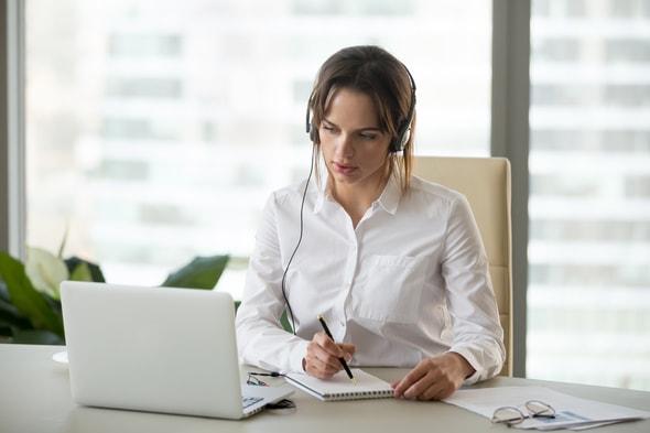 Imagem de uma mulher trabalhando em frente à um computador
