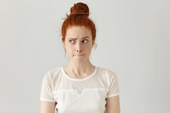 Imagem de uma mulher com uma expressão de dúvida