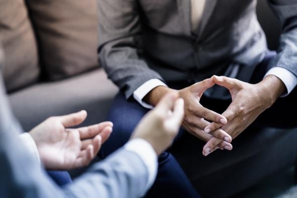 Imagem de duas pessoas sentadas conversando sobre trabalho