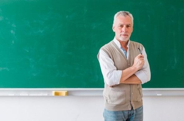 Imagem mostrando um professor de sucesso em frente à uma lousa