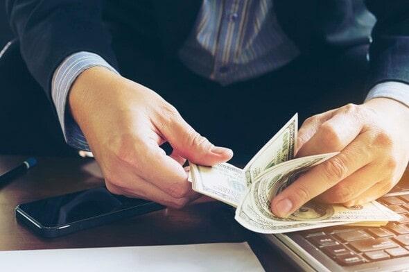 Pessoa contando notas de dinheiro