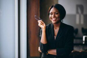 Imagem de uma mulher empreendedora e empoderada, lembrando o Dia da Mulher.